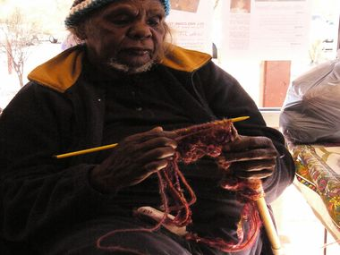 Ungakini Tjangala preparing for the Beanie festival